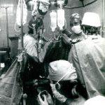 """Podczas pierwszej transplantacji serca – 5 listopada 1985. Przy stole operacyjnym po lewej – Andrzej Bochenek, po prawej – Jerzy Wołczyk; na pierwszym planie Ewa Kucewicz-Czech (fot. S. Jakubowski – """"Telefoto"""")"""