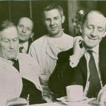 Spotkanie J. Kossakowskiego (po lewej) z Davidem Waterstonem, w środku stoi Z. Kaliciński